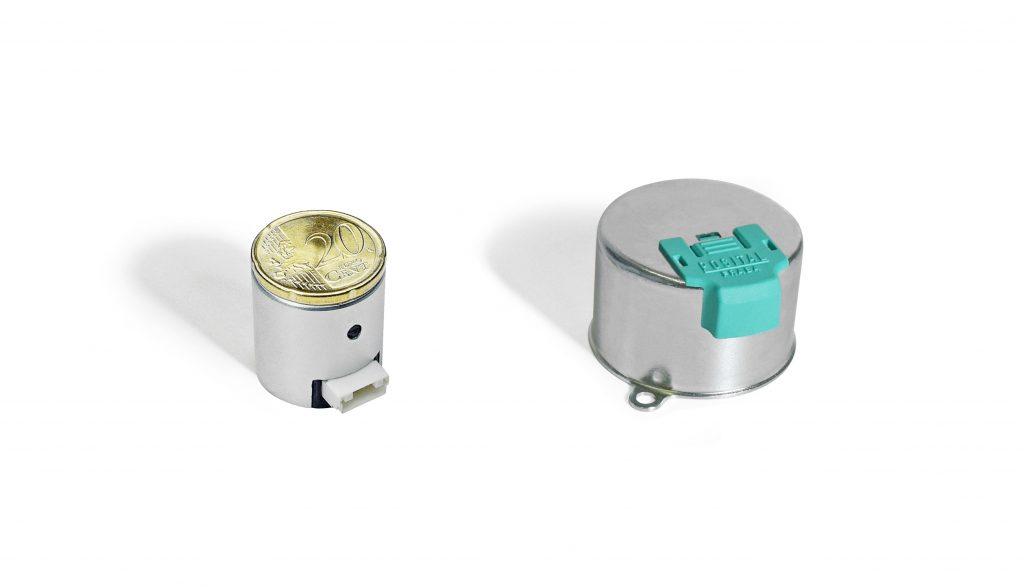 Die Mini-Encoder Kits (l.) von Posital haben einen Durchmesser von 22mm und eine Höhe von 23mm (r. Im Vergleich ein 36mm-Kit). Sie erlauben erstmals Multiturn-Feedback-Systeme für Kleinstantriebe.