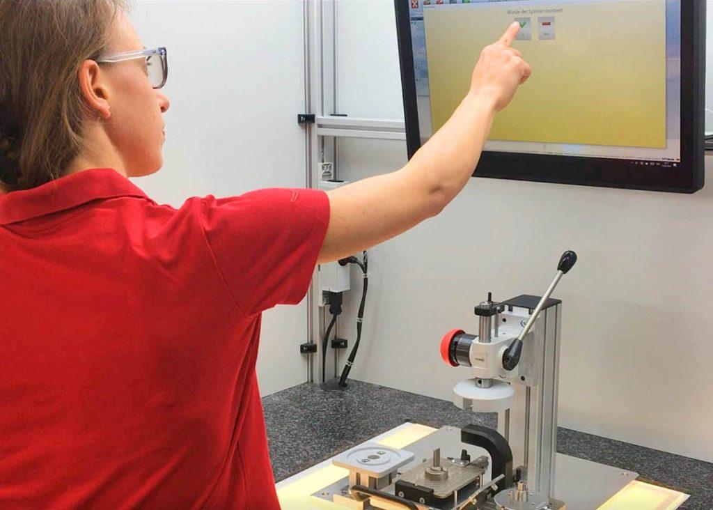 Das Montage-Assistenz-System arbeitet mit Kameras, Sensoren und angebundenen Lösungen.