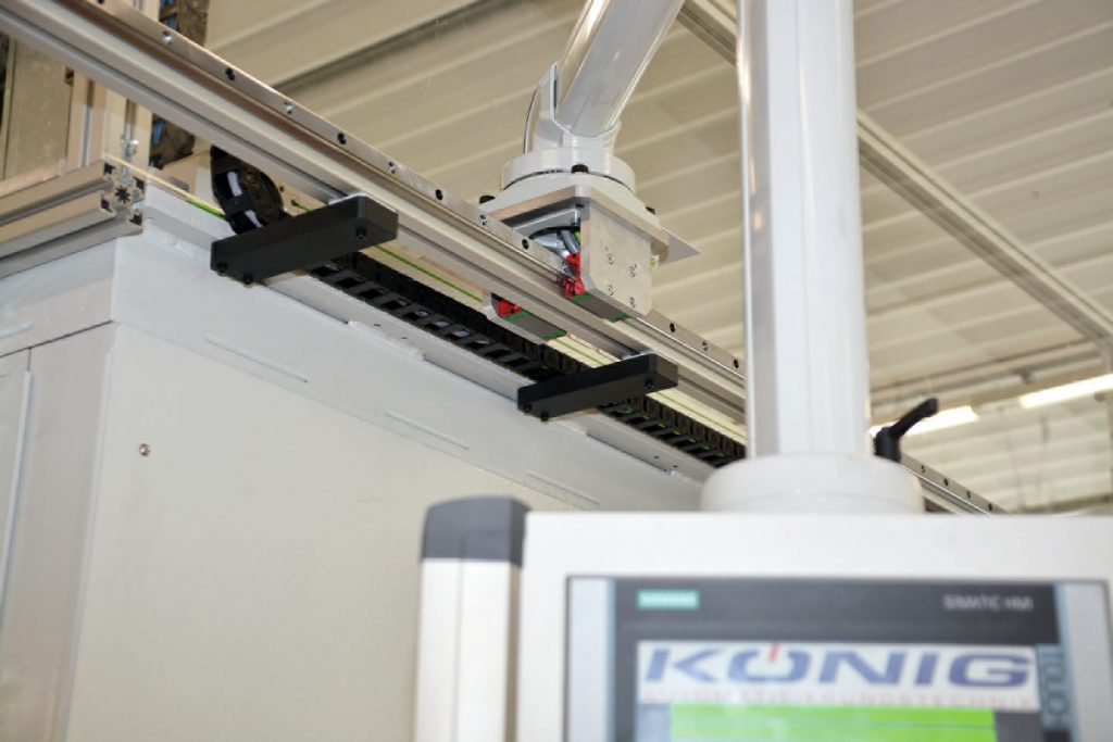 Ein kartesisches Dreiachssystem von Hiwin ist Dreh- und Angelpunkt der Automatisierungslösung. Da es im Vergleich zu einem Roboter weniger wiegt, konnte das Portal platzsparend oberhalb des Drehtisches angeordnet werden.