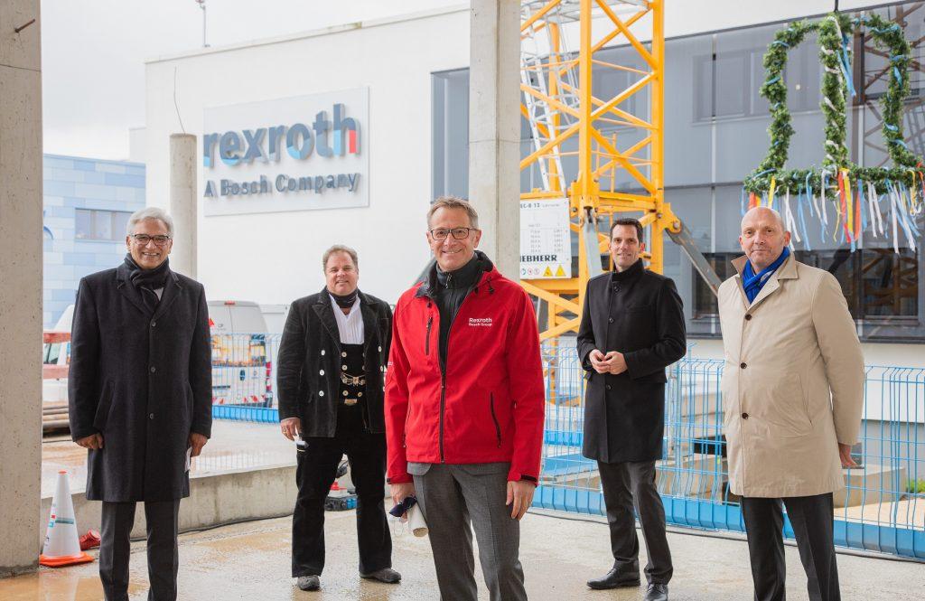 Vorstandsvorsitzender Rolf Najork (m.) mit dem Oberbürgermeister von Ulm, Vertretern der Projektentwicklungsgesellschaft und Bosch Rexroth sowie dem Bauunternehmer.
