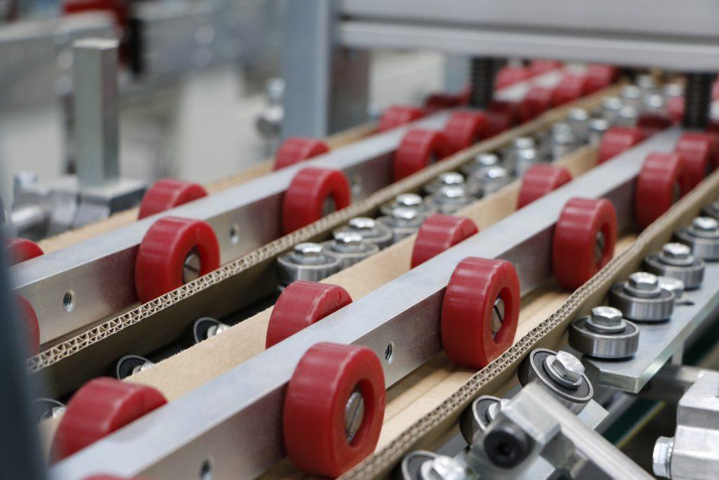 Die Kantenschutzpolster werden endlos gefertigt und mit biologisch  abbaubarem Klebstoff fixiert.