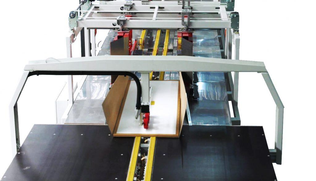 Das Werkstück durchläuft die vollautomatische Faltstation.