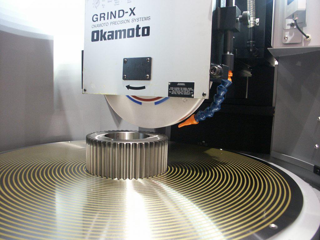 Um eine besonders hohe Präzision beim vibrationslosen Schleifen  zu erzielen, sind die Rundtischschleifmaschinen mit einer hydrodynamischen Lagerung für den Maschinentisch ausgestattet.
