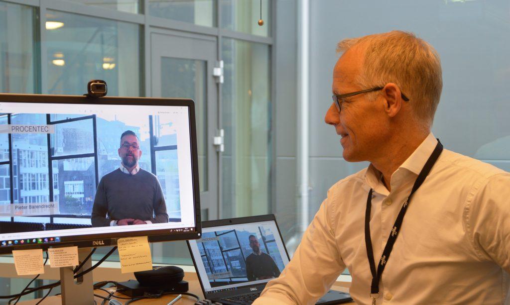 HMS-CEO Staffan Dahlström und Procentec-CEO Pieter Barendrecht (auf dem Bildschirm) bei der Präsentation der Akquisition.