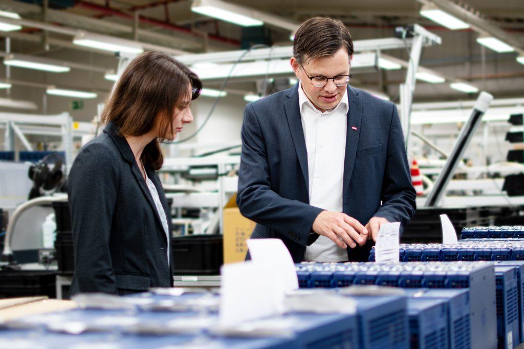 Zur Sicherung der Qualität prüft KEB alle Produkte vor der Übergabe an den Kunden.