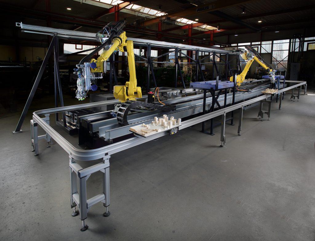 Die zwei Fanuc-Roboter übernehmen mit ihren Universalgreifern das Picken der Werkstücke und das Kommissionieren auf Werkstückträgern.