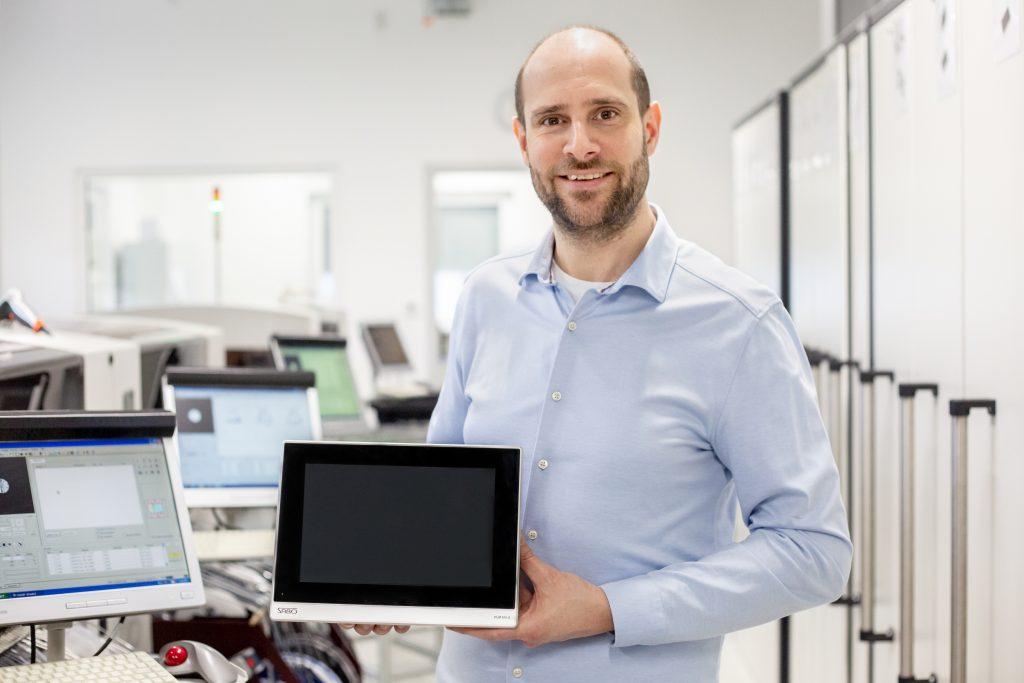 Marcel Sabo, Geschäftsführer Sabo Elektronik, mit dem neuen Master-Terminal PLM 800