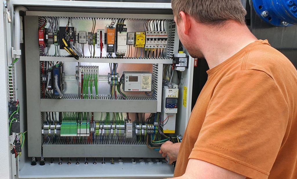 Schaltschrank der Gülle- und Gärrest-Aufbereitungsanlage mit Codesys-Steuerung und Anbindung der untergeordneten I/O-Einheiten