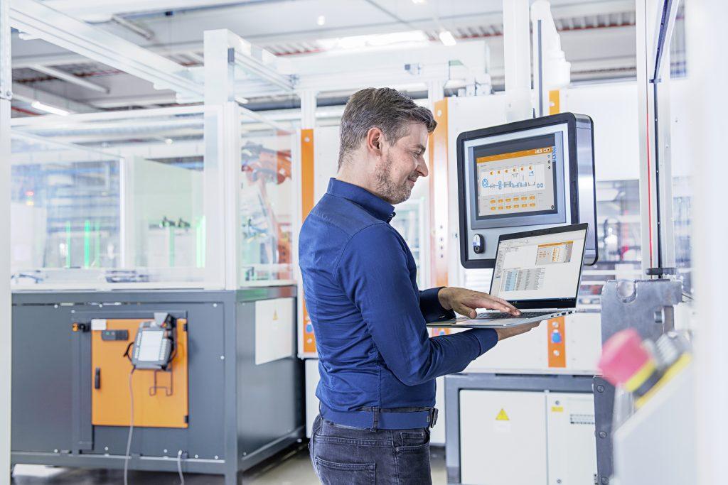 Die Web-Anbindung der Steuerung ermöglicht es, von jedem  Standort, mit jedem Endgerät, unabhängig vom  Betriebssystem auf Maschinen zuzugreifen.