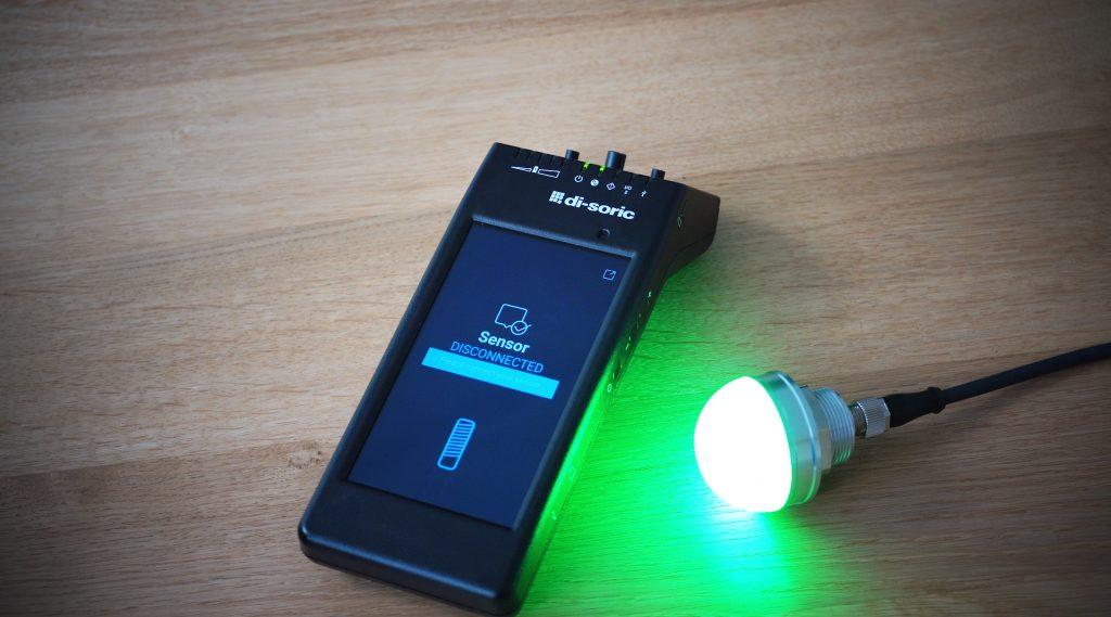 Ohne Probleme kann mit dem IOL-Portable bei der IO-Link-Signalleuchte SBP-RGB die Farbe von gelb nach grün verändert und die Leuchtintensität erhöht werden.