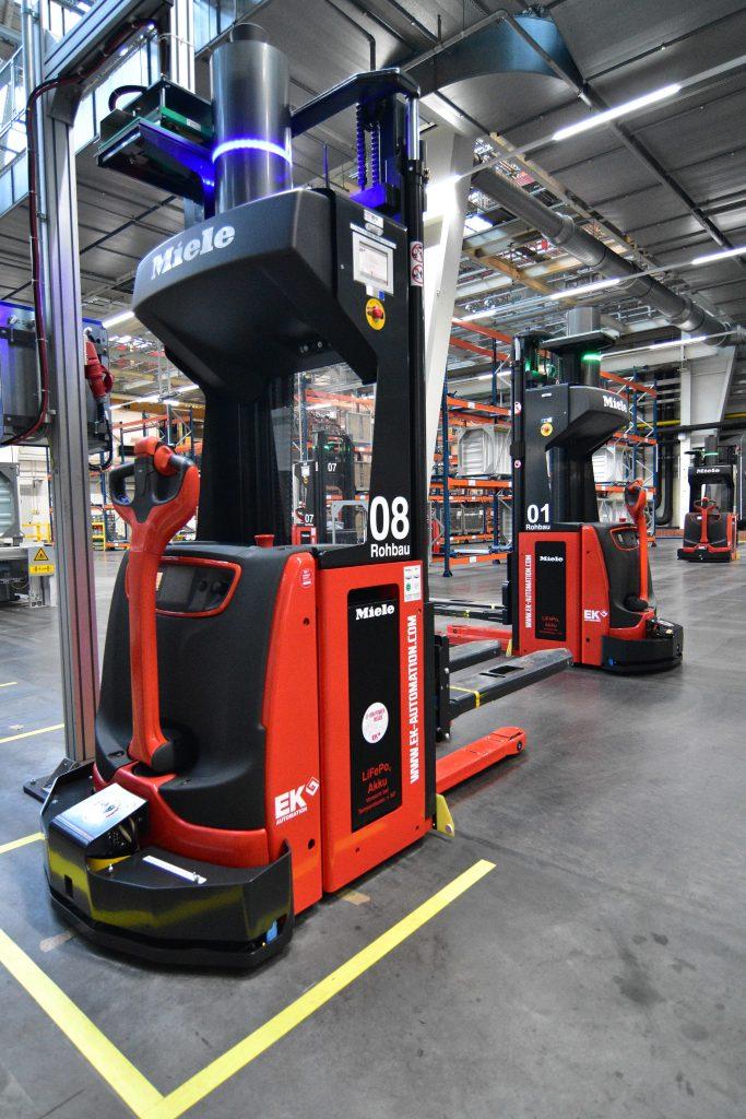 Die SMART MOVE L16 Transportfahrzeuge sind mit einem Li-ION-Energiesystem ausgerüstet und fahren je nach Auslastung vollautomatisch ihre Ladestation an.