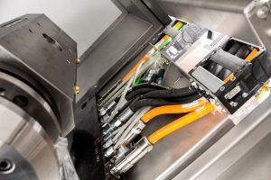 Für eine sichere Energie- und Medienzufuhr des Multifunktionskopfes kommen Igus Leitungen und Energieketten fertig montiert mit Steckern in der z-Achse zum Einsatz.