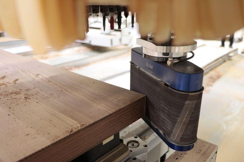 Das Bandschleifaggregat Collevo+ ermöglicht das Schleifen von Kanten auf CNC-Bearbeitungszentren.