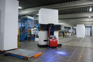 Im Austrotherm-Produktionswerk Pinkafeld transportiert ein fahrerloses Transportsystem von DS Automotion rund um die Uhr Polystyrol-Hartschaum-Blöcke mit 4080mm Höhe, 1040mm Länge und max. 1.290mm Breite.