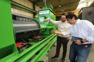 Di-Matteo-Automatisierer Dr. Dominik Aufderheide (links) und Geschäftsführer Dr. Luigi Di Matteo (rechts) an einem Schneckendosiersystem