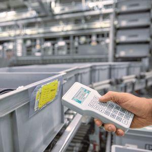 Applikationsbeispiel Logistik: Ein ergonomisches Handheld-Gehäuse mit gut lesbarem Display und einer zuverlässigen Bedienung unterstützt den Lageristen bei der Arbeit.