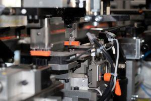 Die Montage von Steckverbindern wurde im Längstaktsystem realisiert und erreicht 60 Takte pro Minute.