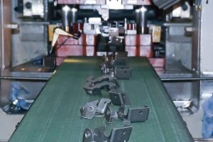 Teileproduktion auf einer der automatisch laufenden Exzenterpressen mit Coilzuführung.