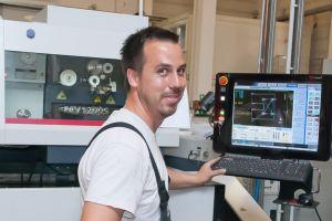 CAM-Leiter Carsten Zejunc an der CNC einer der drei Drahterodiermaschinen von Mitsubishi, die von Visi Peps Wire mit Erodierprogrammen versorgt werden.