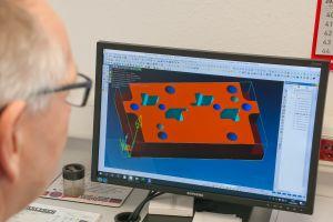 Einer der beiden CAM-Arbeitsplätze: Automatisierte 2,5D-Programmierung mit Visi Compass Technologie, die bei Erxleben vor allem bei Bohrungen und Passungen zum Einsatz kommt.