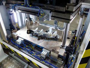 Mit der Anlage lassen sich etwa 1.000 Teile pro Tag fertigen. Die Zykluszeit beträgt circa 60s.