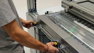 Bild 3   Per Zwei-Hand Taster wird die Bestückung der Anlage gestartet.