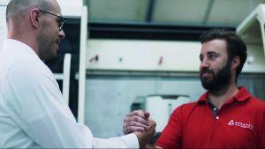 Maschinenbediener Markus Lutz und Paul Höckberg, Produktmanager bei Ceratizit (l.): Mit einer Zeitersparnis von fast 50 Prozent pro Bauteil wurde das ursprüngliche Optimierungsziel deutlich übertroffen.