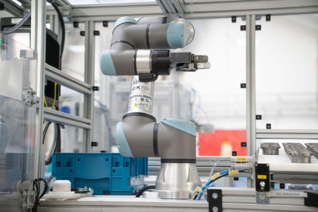 Ein UR5e-Cobot von Universal Robots sorgt in der Produktion von Voith für kurze Taktzeiten und trägt zur Sicherung des Produktionsstandorts bei.