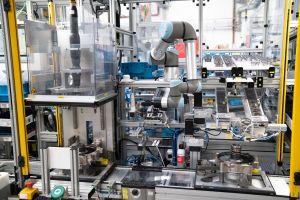 Der UR5e-Cobot unterstützt die Mitarbeiter an der Montagelinie für verschleißfreie Bremsen.