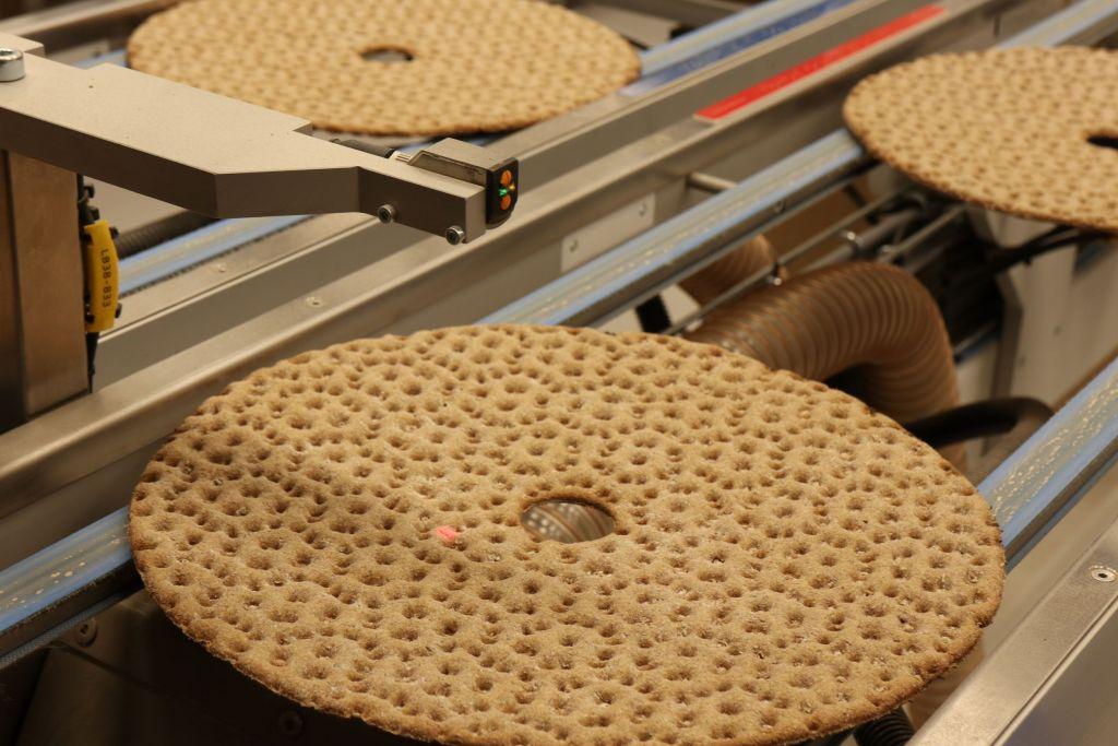 Leksands ist Schwedens größter Produzent von Knäckebrot. Trotz moderner Produktion sind die traditionellen Rezepturen rund 100 Jahre alt. Typisch für Lecksands Knäckebröd ist die runde Form mit Loch in der Mitte.