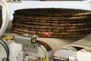 Die Lichttaster der Baureihe O6 überwachen den Materialfluss in der Knäckebrotproduktion.