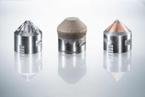 Nach dem Ausfräsen der Taschen trägt die C 42 U MPA Kupferpulver auf. Im Anschluss wird überflüssiges Material wieder abgetragen.
