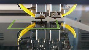 Qualitätsüberwachung: Die Wissenschaftlerinnen und Wissenschaftler werden Sensoren am Drucker anbringen, um Fehler zu erkennen wie etwa einen verstopften Druckkopf.