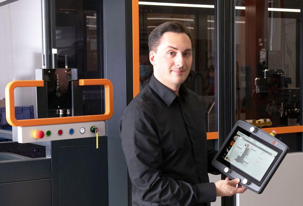 Michael Zbinden an der von Grund auf neu entwickelten, automatisierten Plattform. Sie ist modular aufgebaut und soll die für die Elektromobilität benötigten Kabel fertigen.