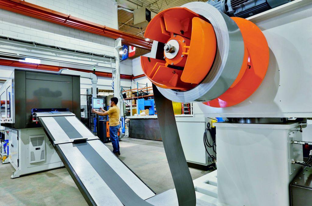 Je nach Größe der Transformatorkerne können der Fertigungsmaschine X-Shear unterschiedlich breite Bleche zugeführt werden.