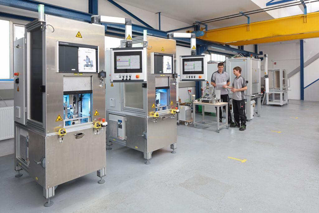 Evosys Laser ist Experte für das Laser-Kunststoffschweißen. Die Evo-1600-Laser-Schweißanlagen sind für die Serienfertigung ausgelegt.