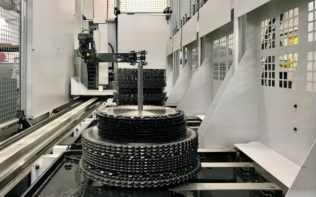 Schleifmaschine mit integriertem Robotersystem