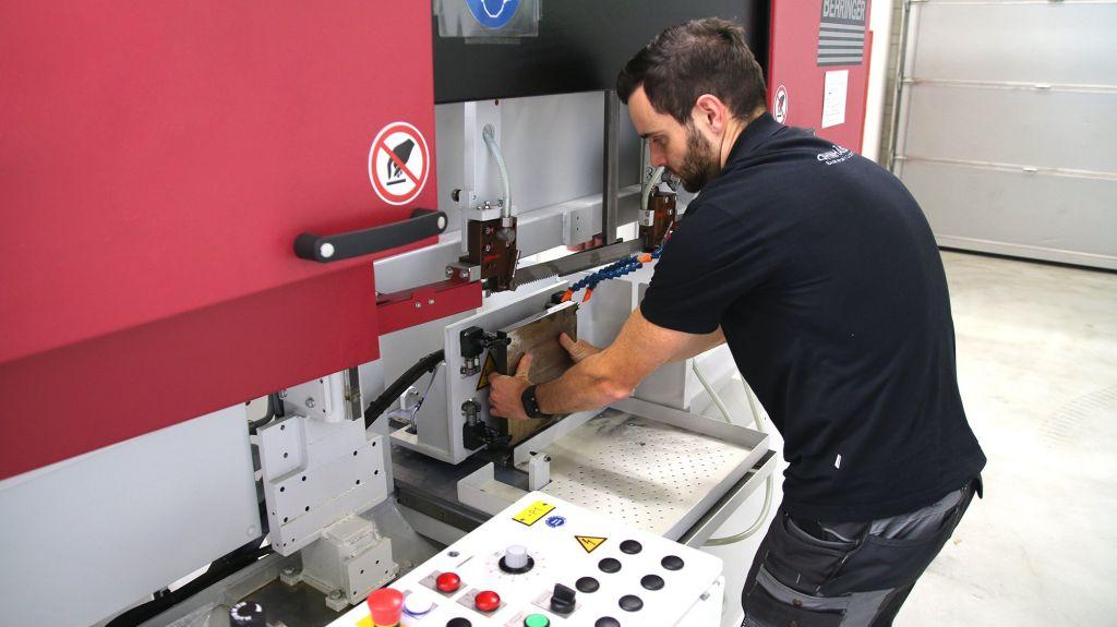 """Moritz Färber von Ohnhäuser (Projektleiter Additive Manufacturing) beim Einspannen einer 3D-Druckplatte: """"Behringer war uns als hochwertiger und zuverlässiger Sägemaschinenhersteller bekannt."""""""
