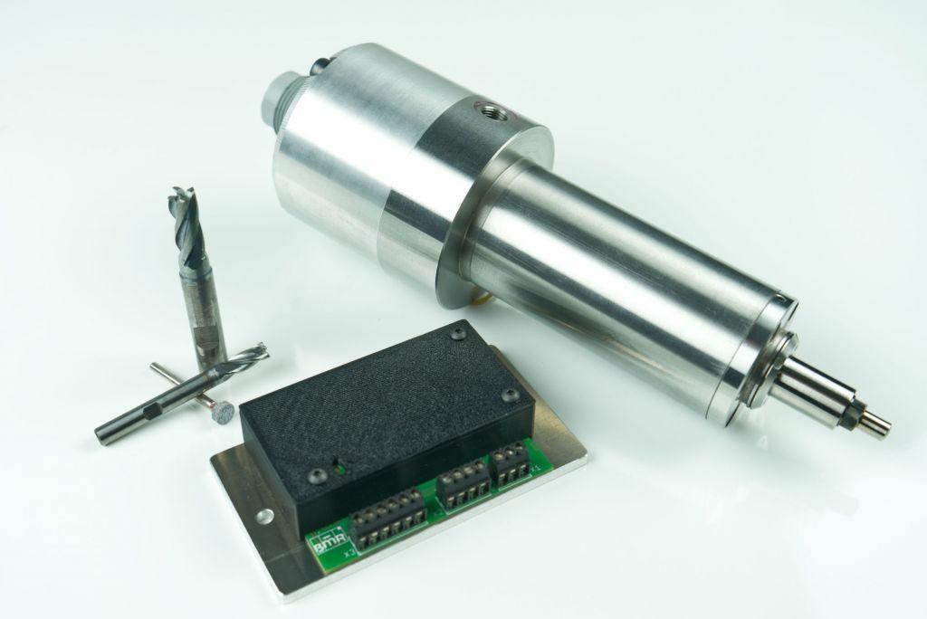 Speziell für die Hersteller von Spindeln bietet sich der Umrichter SFU400 als kompakter Antrieb bis 400W an.