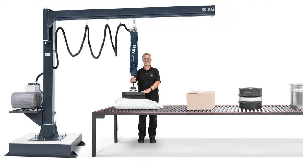 Systemaufbau eines mobilen Kransystems mit dem Vakuumschlauchheber QuickLift, bestehend aus Hubeinheit, Schwenkkran, Saugschlauch, Vakuumfilter und Vakuumpumpe.