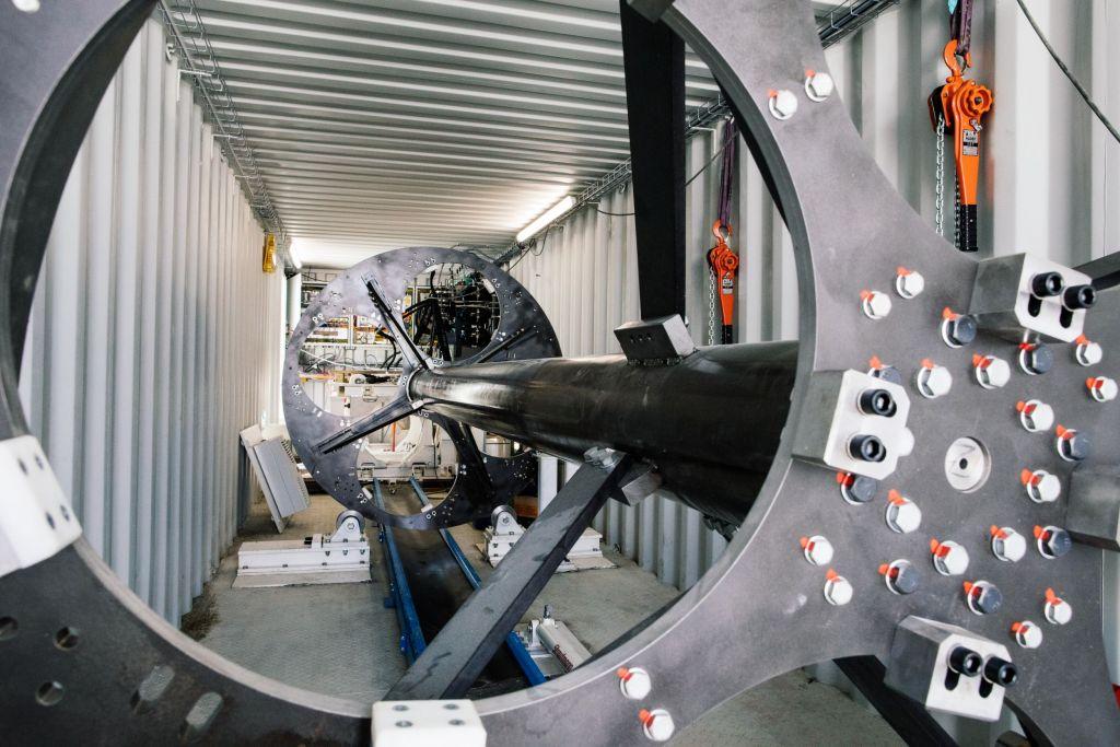 Der Revolver-Mechanismus befördert nach und nach vier 8,5m lange und 1,2t schwere Stahlrohre ins Erdreich.