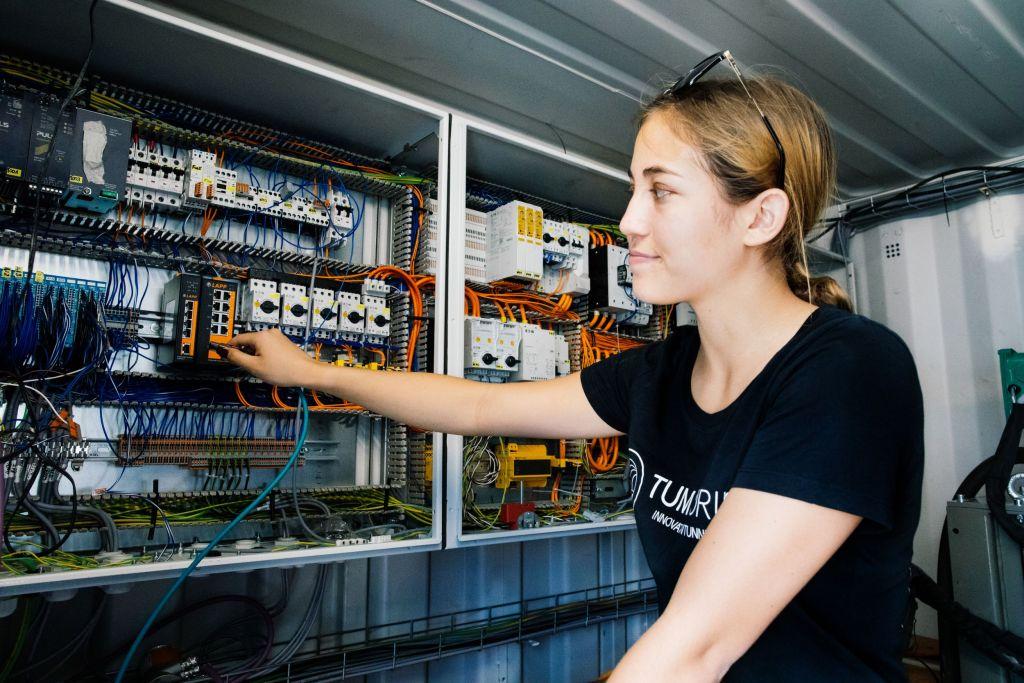 Innerhalb und außerhalb des Schaltschranks setzt das Team von TUM Boring auf Leitungen, Steckverbinder, Switches, Kabelschutzschläuche, Schleppketten und Kennzeichnungslösungen von Lapp.